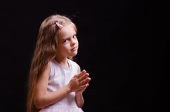 La muchacha de cinco años hace un deseo Imagen de archivo libre de regalías