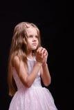 La muchacha de cinco años ruega Imágenes de archivo libres de regalías