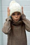 La muchacha de congelación con bobble el sombrero Fotos de archivo libres de regalías
