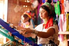 La muchacha de dos Kayan Lahwi está tejiendo Imagen de archivo