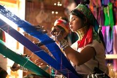 La muchacha de dos Kayan Lahwi está tejiendo Fotos de archivo libres de regalías