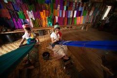 La muchacha de dos Kayan Lahwi está tejiendo Fotografía de archivo libre de regalías