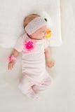 La muchacha de dos meses que duerme en la cama Foto de archivo libre de regalías