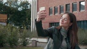 La muchacha de Female Woman Lady del estudiante hace Selfie almacen de video