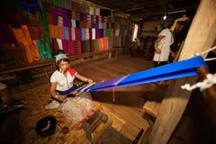 La muchacha de Kayan Lahwi está tejiendo Fotos de archivo libres de regalías