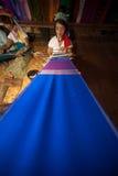 La muchacha de Kayan Lahwi está tejiendo Imagenes de archivo