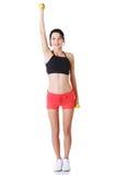 La muchacha de la aptitud se está resolviendo con pesas de gimnasia Foto de archivo