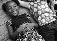 La muchacha de la ascendencia africana está sonriendo imagen de archivo libre de regalías