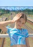 La muchacha de la belleza en el tren cerca el fondo del paisaje con barandilla Fotografía de archivo
