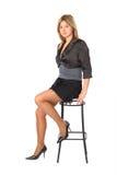 La muchacha de la belleza se sienta en taburete de barra Foto de archivo libre de regalías