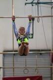 La muchacha de la gimnasia barra esfuerzo Fotografía de archivo libre de regalías