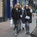 La muchacha de la moda en vidrios va en compras Imagenes de archivo
