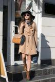 La muchacha de la moda está saliendo de la tienda Fotografía de archivo libre de regalías