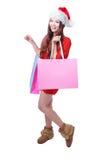 La muchacha de la Navidad de la belleza toma el bolso de compras en blanco rosado Fotografía de archivo libre de regalías