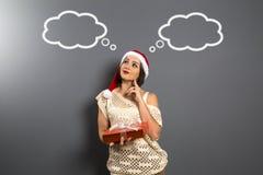 La muchacha de la Navidad mira para arriba el presente vacío de la caja de regalo del control del espacio de la copia, y Imagen de archivo libre de regalías