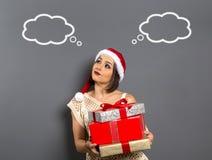 La muchacha de la Navidad mira para arriba el presente vacío de la caja de regalo del control del espacio de la copia, y Fotografía de archivo libre de regalías