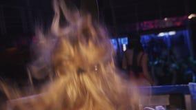 La muchacha de Mc y la muchacha de DJ en máscaras de las liebres bailan en etapa en club nocturno salto booty metrajes