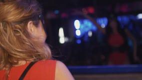 La muchacha de Mc y la muchacha de DJ en máscaras de las liebres bailan en la placa giratoria, etapa en club nocturno aclamación almacen de video