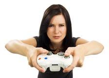 La muchacha de mirada seria juega al juego video Fotos de archivo