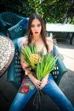 La muchacha de la moda del verano en patio trasero en estilo del boho viste con bouqu Foto de archivo libre de regalías