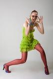 La muchacha de moda en verano coloreado arropa Imagen de archivo
