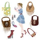 La muchacha de moda está haciendo maquillaje, los cosméticos y la colección de bolsos stock de ilustración