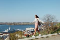 La muchacha de moda est? en el parapeto, equilibrando foto de archivo