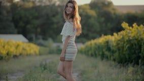 La muchacha de moda vestida en una falda corta camina metrajes