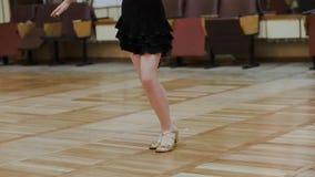 La muchacha de nueve años entra para los deportes que bailan en el pasillo de danza viejo almacen de metraje de vídeo