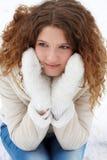 La muchacha de pelo largo, sonriendo, mira cuidadosamente   Fotos de archivo libres de regalías