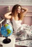 La muchacha de pelo largo en una camiseta blanca estira y sonríe Fotografía de archivo libre de regalías