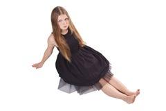 La muchacha de pelo largo que se sienta en el suelo Foto de archivo libre de regalías