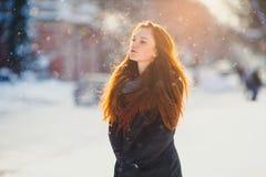 La muchacha de Redhair camina en el invierno imagenes de archivo