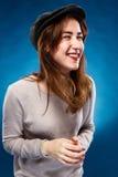 La muchacha de risa feliz en fondo azul Fotos de archivo