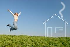 La muchacha de salto cerca de la casa ideal Imagen de archivo libre de regalías