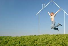 La muchacha de salto en casa ideal Imágenes de archivo libres de regalías