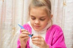 La muchacha de siete años esculpe de artes de la arcilla Imagen de archivo libre de regalías