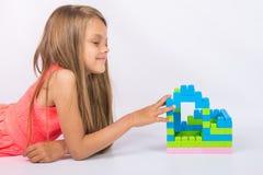 La muchacha de siete años ha construido la casa del diseñador Imagen de archivo