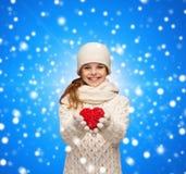 La muchacha de sueño en invierno viste con el corazón rojo Imagen de archivo libre de regalías