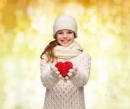 La muchacha de sueño en invierno viste con el corazón rojo Fotografía de archivo