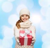 La muchacha de sueño en invierno viste con la caja de regalo Imagen de archivo