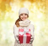 La muchacha de sueño en invierno viste con la caja de regalo Foto de archivo libre de regalías