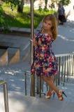 La muchacha de tacón alto en sundress de un color Foto de archivo