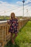 La muchacha de tacón alto en sundress de un color Fotos de archivo libres de regalías