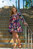 La muchacha de tacón alto en sundress de un color Imágenes de archivo libres de regalías