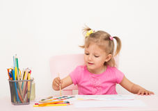 La muchacha de tres años de edad dibuja Fotos de archivo
