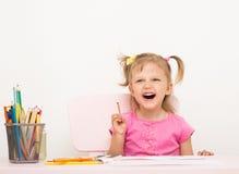 La muchacha de tres años de edad dibuja Foto de archivo libre de regalías