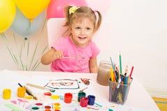 La muchacha de tres años de edad dibuja Fotografía de archivo