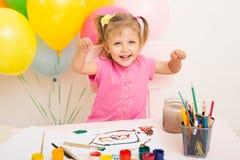 La muchacha de tres años de edad dibuja Imagen de archivo libre de regalías