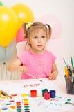 La muchacha de tres años de edad dibuja Fotos de archivo libres de regalías